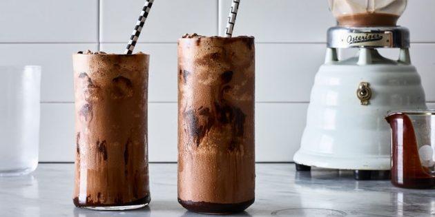Молочный коктейль с шоколадным соусом