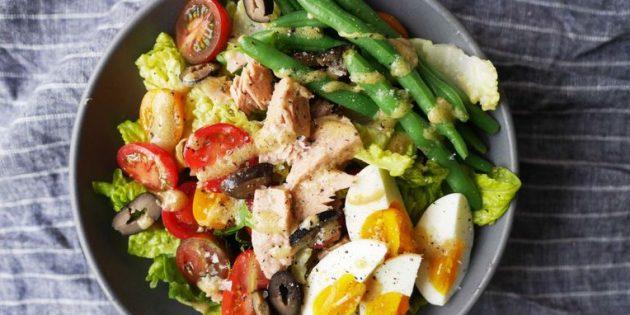 Салат с яйцами, тунцом, оливками и зелёной фасолью