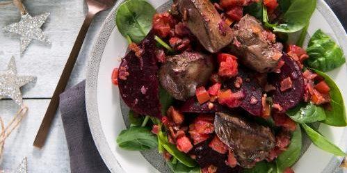 Тёплый салат с куриной печенью, беконом и свёклой