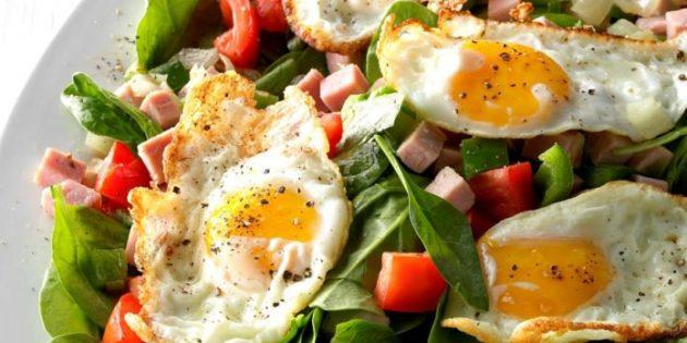 Салат с жареными яйцами, шпинатом, ветчиной и помидорами