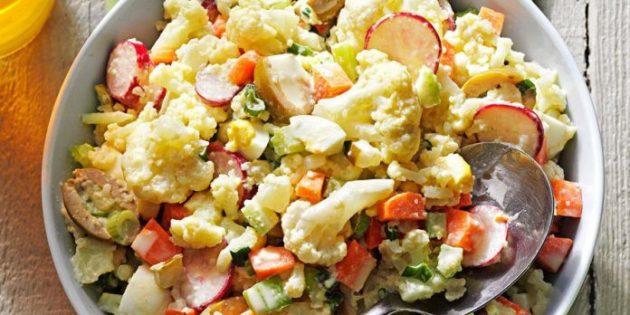 Салат с яйцами, цветной капустой, оливками и редисом