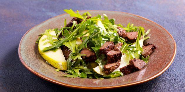 Рецепт салата с куриной печенью, грушей и соевым соусом