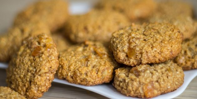 Овсяное постное печенье с орехами и курагой