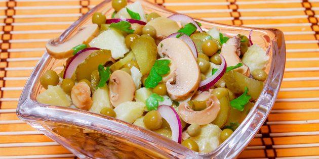 Постный салат с картошкой, горошком, маринованными грибами и огурцами
