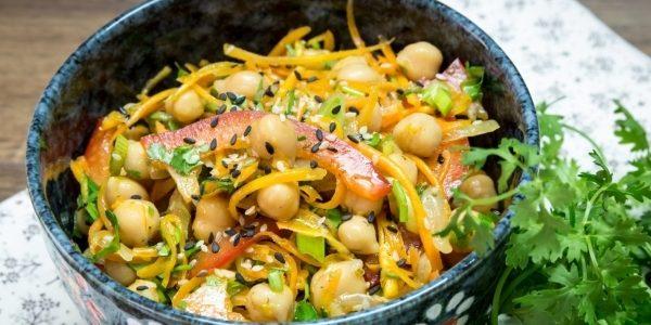 Постный салат с нутом, корейской морковью и болгарским перцем