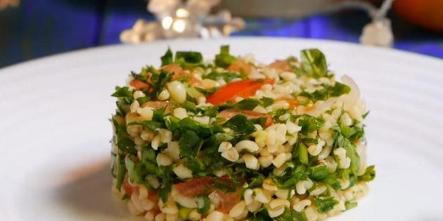 Постный салат с булгуром, помидорами и зеленью