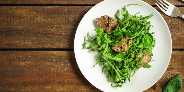 Рецепты: Тёплый салат из куриной печени, руколы и фундука