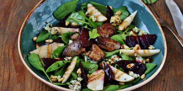 Рецепты: тёплый салат с куриной печенью, беконом и свёклой