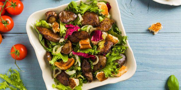 Рецепты: Салат с куриной печенью и чесночными сухариками