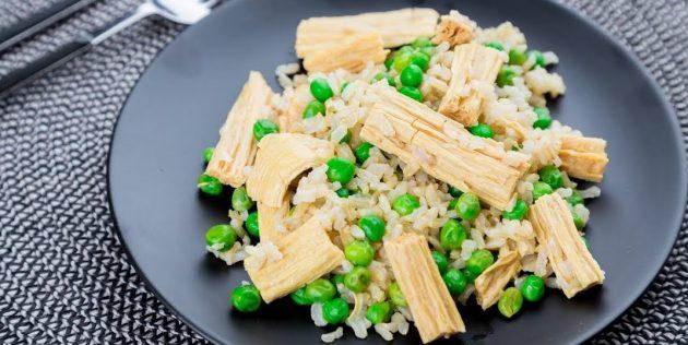 Салат с соевой спаржей, бурым рисом и зелёным горошком