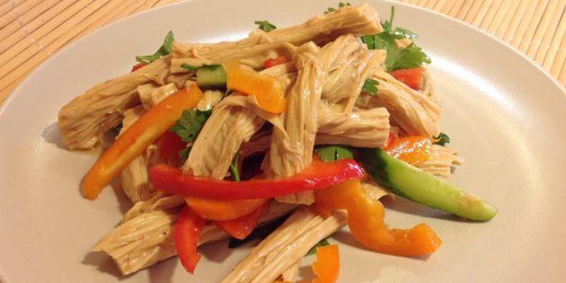 Салат с соевой спаржей, болгарским перцем и огурцом