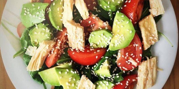 Салат с соевой спаржей, авокадо, шпинатом и помидорами