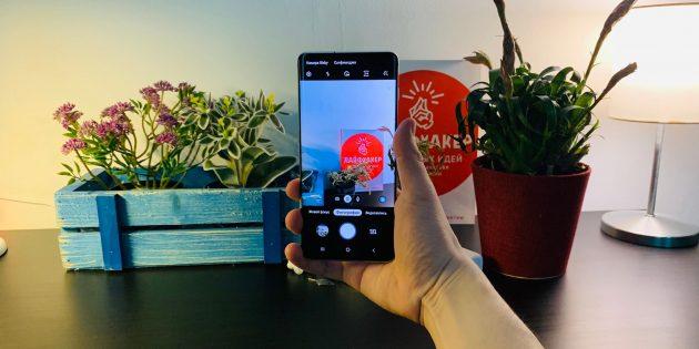 Samsung Galaxy S10+: вид в руке