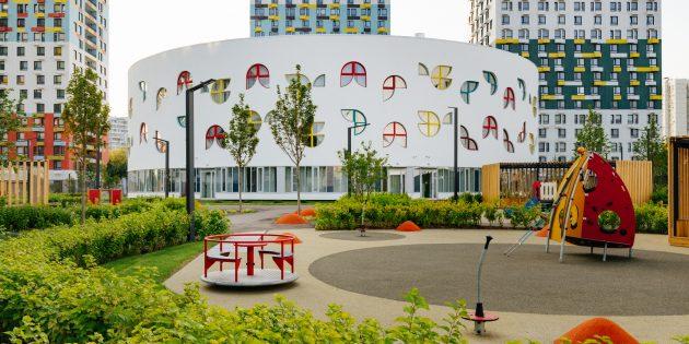 Детские площадки и другие элементы среды: хороший детский сад рядом с домом