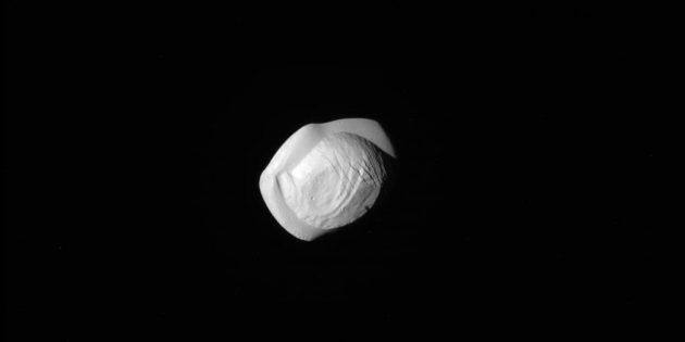 Фото космоса: пельмень на орбите Сатурна