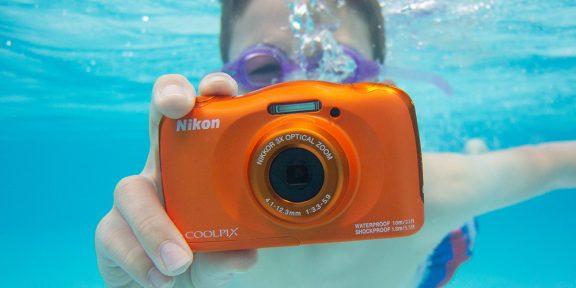 Штука дня: яркий фотоаппарат Nikon, который может снимать даже под водой