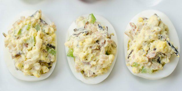 Фаршированные яйца с рисом и огурцом