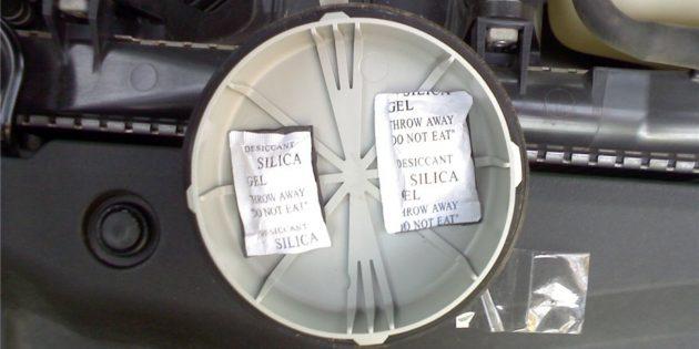 Потеют фары: Поместите внутрь крышки блок-фары пару пакетиков с силикагелем