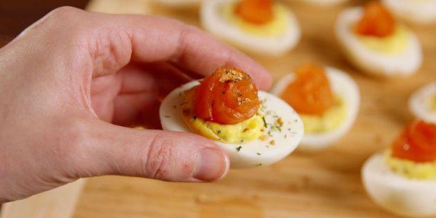 Фаршированные яйца с красной рыбой