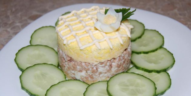 Салат из печени трески с яйцами и луком