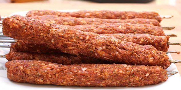 Фарш для люля-кебаба с мятой, орегано и паприкой
