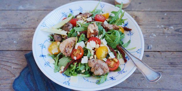 Салат из печени трески с помидорами, пармезаном и кедровыми орешками