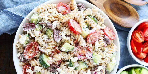 Салат с сыром, пастой и оливками