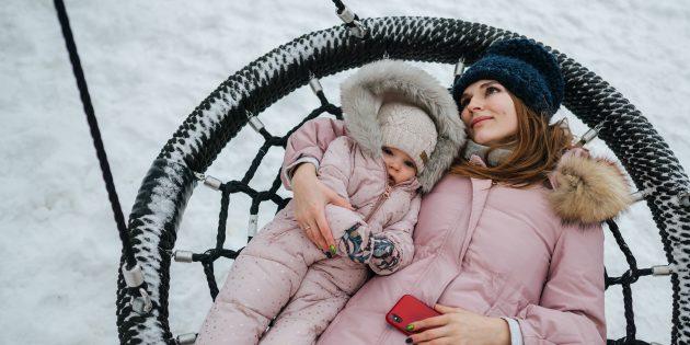 Развивающие игры для детей: выяснять, на что похожи облака, удобно в подвесном лежаке