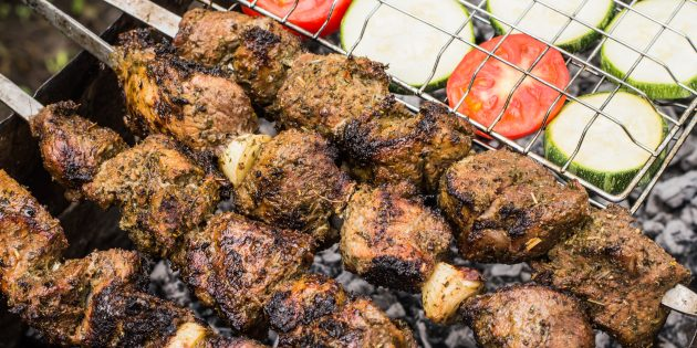 Шашлык из баранины: Луковый сок вместе с травами и специями сделает мясо ароматным и сочным