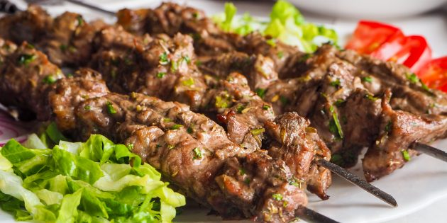 Шашлык из баранины: Овощи придадут мясу насыщенный вкус и аромат