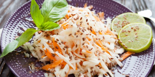 Салат из редьки, яблока, моркови и кунжута