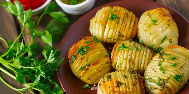 Что приготовить на природе, кроме мяса: ароматная картошка в фольге на углях