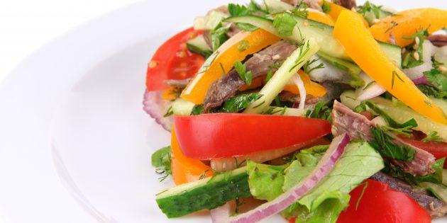 Салат из огурцов, помидоров и говядины с луком, чесноком и зеленью