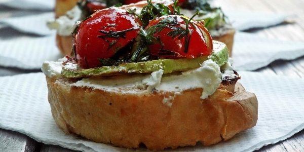 Что приготовить на природе, кроме мяса: тосты с творожным сыром, запечёнными кабачками и помидорами