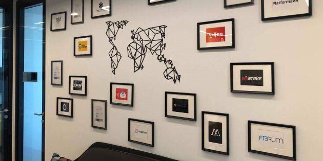 Виктор Захарченко:Стена с логотипами