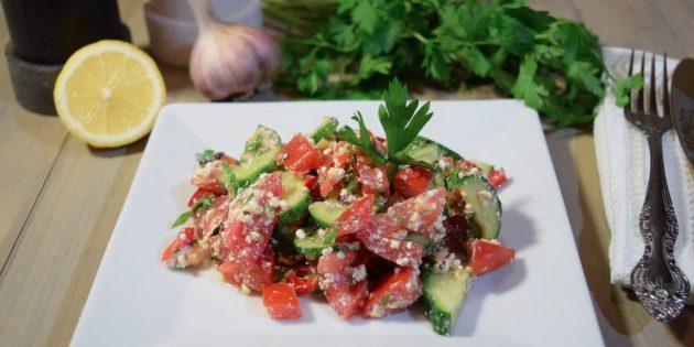 Салат из огурцов, помидоров и болгарского перца с творогом
