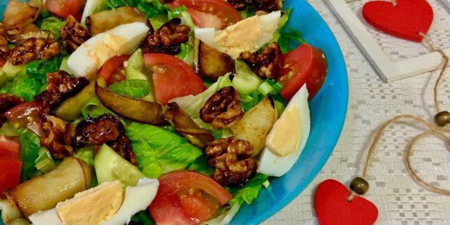 Салат из огурцов и помидоров с яйцом, карамелизированным яблоком и орехами