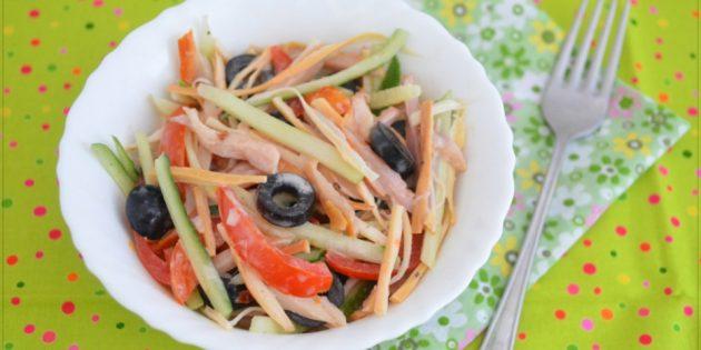 Салат из огурцов, помидоров, курицы, копчёного сыра и маслин