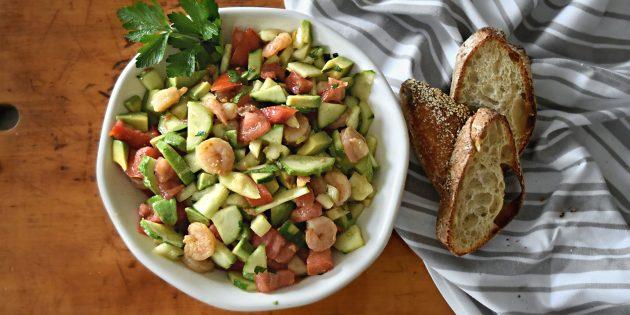 Салат из огурцов, помидоров, авокадо, болгарского перца и креветок