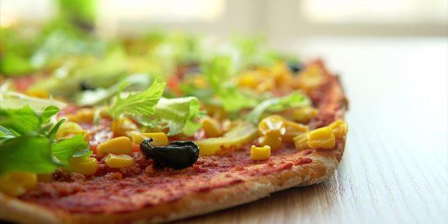 Постная пицца с тофу и овощами на бездрожжевом тесте