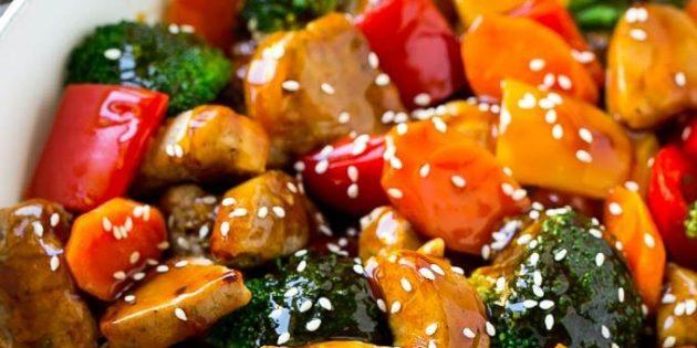 Свинина на сковороде с овощами и кунжутом