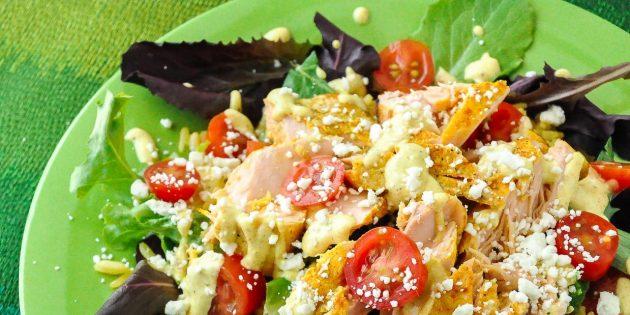 Салат с красной рыбой, рисом и фетой