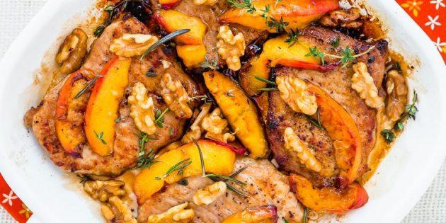 Рецепт свинины на сковороде с персиками и грецкими орехами
