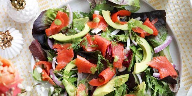 Салат с красной рыбой, авокадо, зеленью и луком