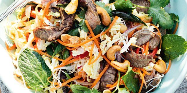 Как приготовить салат с говядиной, рисовой лапшой и кешью