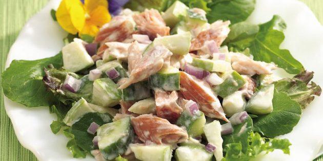Салат с жареной красной рыбой, яблоком и горчицей