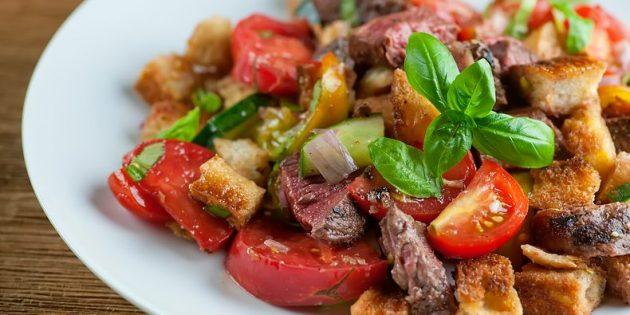Рецепт салата с говядиной, сухариками, черри и базиликом