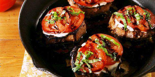 Как пожарить свинину на кости с помидорами и моцареллой