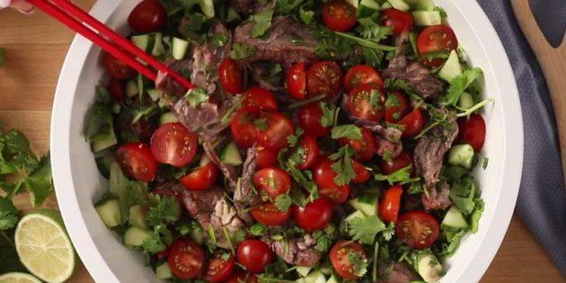 Салат с говядиной, огурцом и чили