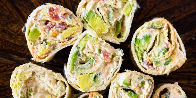 Рулетики из тортилий с авокадо, помидором и сливочным сыром: простой рецепт